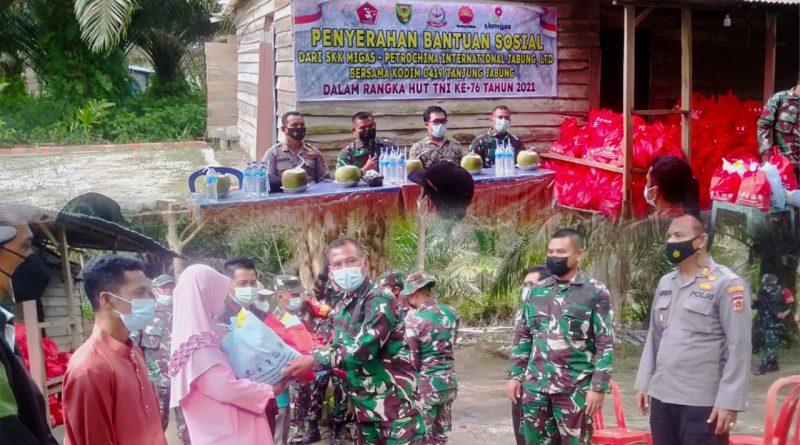 SKK Migas – PetroChina bersama Kodim 0419/Tanjab Serahkan 345 Paket Bansos Dalam Rangka HUT Ke-76 TNI